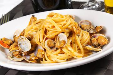 Spaghetti al sugo con le vongole veraci