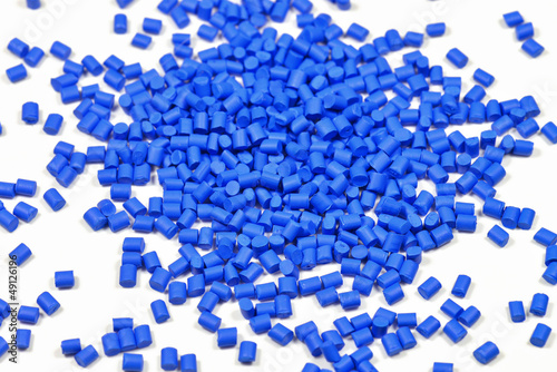 blaues Kunststoffgranulat - 49126196