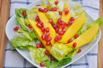 Sommerlicher Salat mit Mango und Granatapfel