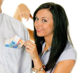 Frau zieht einem Mann Schweizer Franken aus der Tasche