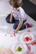 bambina dipinge con le mani