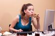 junge frau isst Pizza am Arbeitsplatz - 49135366