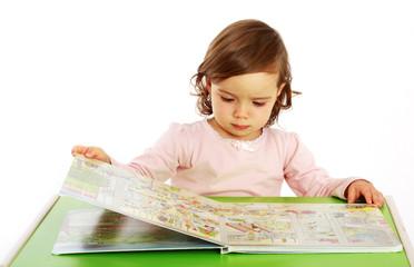 Ein Mädchen schaut sich ein Bilderbuch an