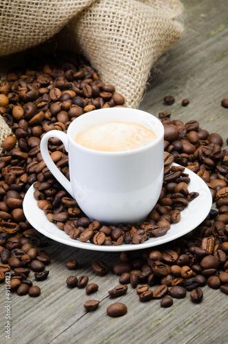 kaffeesack mit bohnen und kaffeetasse