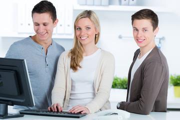 studenten arbeiten am pc