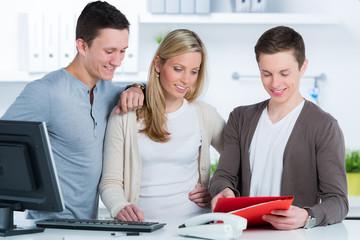 junges team in einer agentur bespricht sich