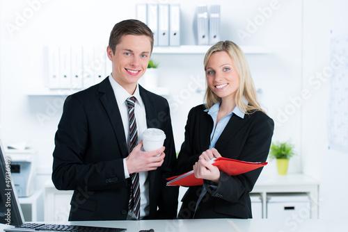 arbeitskollegen besprechen den ablauf