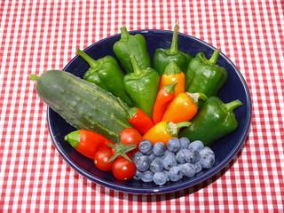 Keramikschale mit Gemüse und Beeren