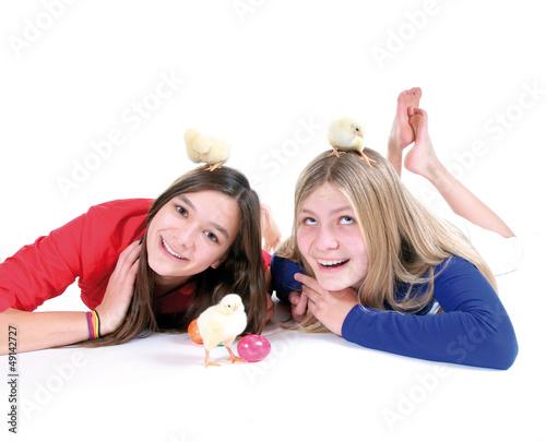 Lachende Mädchen mit Ostereiern und Küken