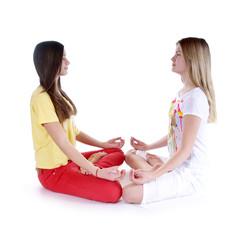 Zwei Mädchen machen Yoga