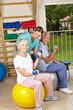 Seniorin macht Rückentraining mit Hantel