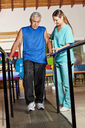 Älterer Mann bei Bewegungstherapie