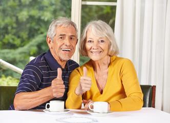 Seniorenpaar hält Daumen hoch