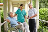 Senioren reden mit Krankenschwester im Pflegeheim