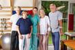 Gruppe von Senioren beim Rehasport
