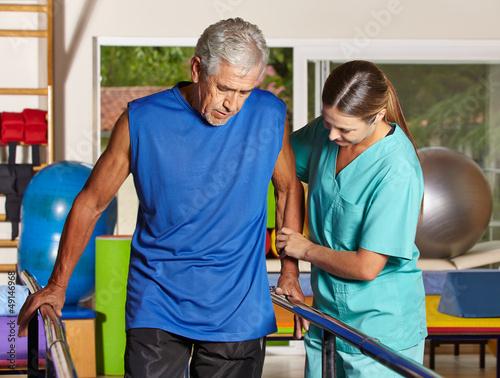 Senior bei Bewegungstherapie
