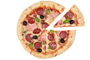 Geschnittene Pizza mit Salami, Schinken und Champignons