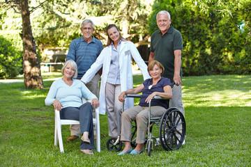 Gruppe von Senioren im Altenheim