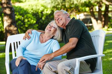 Lachende Senioren im Garten