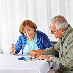 Senior zeigt Frau Tablet Computer