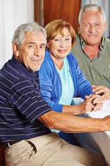 Drei zufriedene Senioren am Tisch