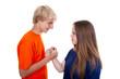Teenager beim Kräftemessen