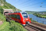 Pociąg Intercity opuszczający tunel w pobliżu rzeki Moselle w Germa