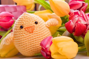 Oster und Frühlingsdekoration mit Küken und  Tulpen