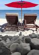 plage de sable blanc derrière enrochement