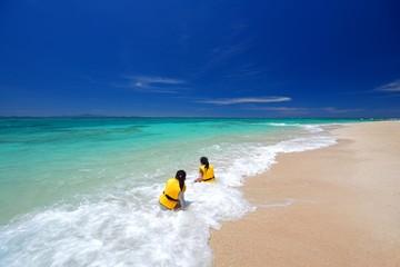 海水浴を楽しむ姉妹