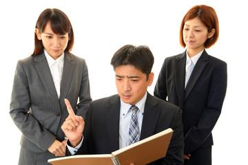 議論する3人の会社員