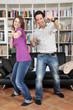 Junges Paar spielt mit Spielekonsole