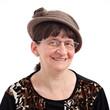 femme âgée avec lunette et chapeau fond blanc