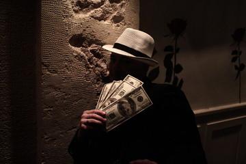 Gangster avec une poignée de billets