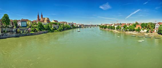Panoramique sur le Rhin traversant Bâle, Suisse