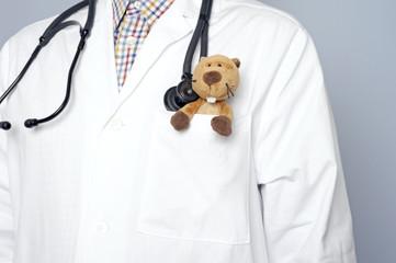 Stofftier im Arztkittel