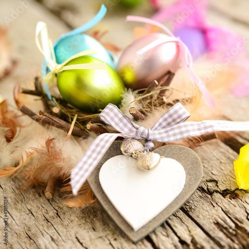 Pastellfarbene Eier im Vogelnest