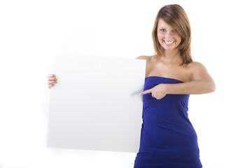 Frau zeigt mit dem Finger auf ein Schild