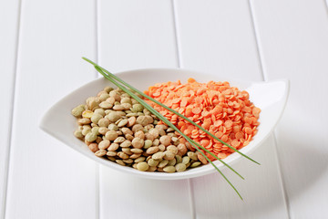 Raw red and brown lentils