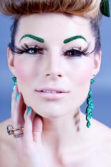 brünette dunkelhaarige junge Frau mit grünem Schmuck