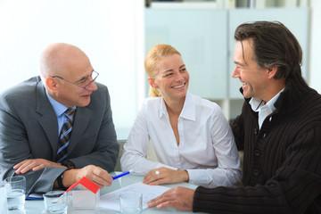 Paar bekommt einen Immobilienkredit