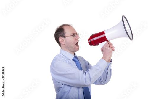 Mann ruft ins Megaphon