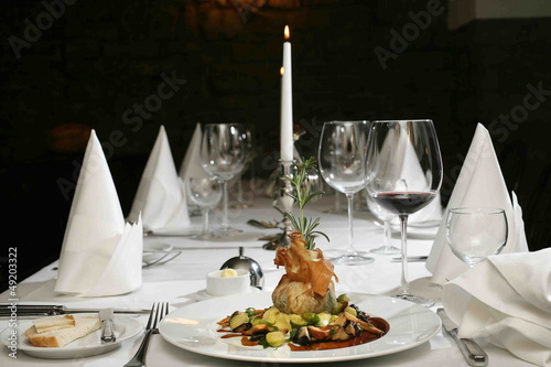 Rehruecken im Filoteig auf gedecktem Tisch serviert