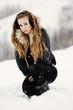 Piękna dziewczyna bawi się na śnieżnym zboczu góry