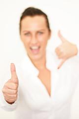 junge Frau gibt Handzeichen