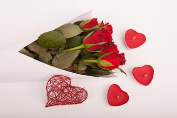Blumenstrauß mit Deko Herz und Kerzen