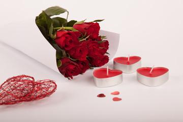 Blumenstrauß vor Deko Kerzen Herzen
