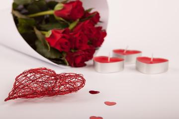 Blumenstrauß mit Deko Kerzen Herzen