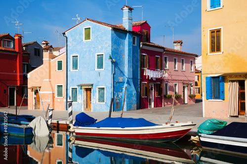 bunte Häuser und Boote in Burano