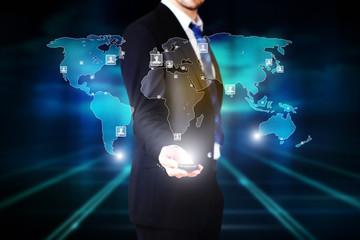 Geschäftsmann mit Projektion einer Kunden-Weltkarte
